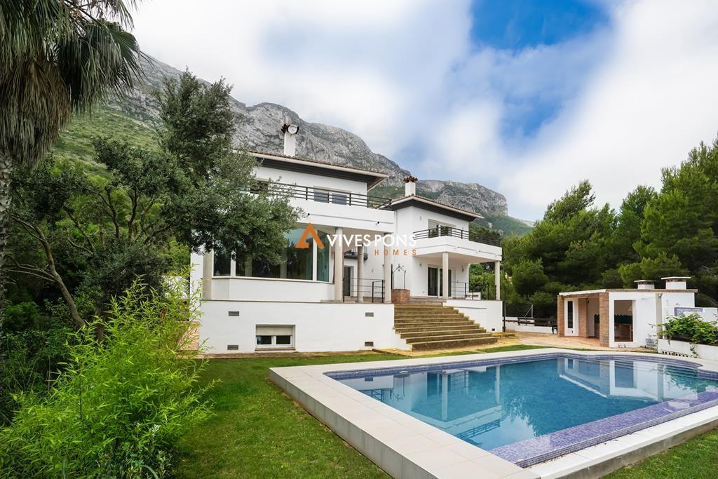 Villa con vistas al mar y en pleno parque natural del Montgó, en Dénia
